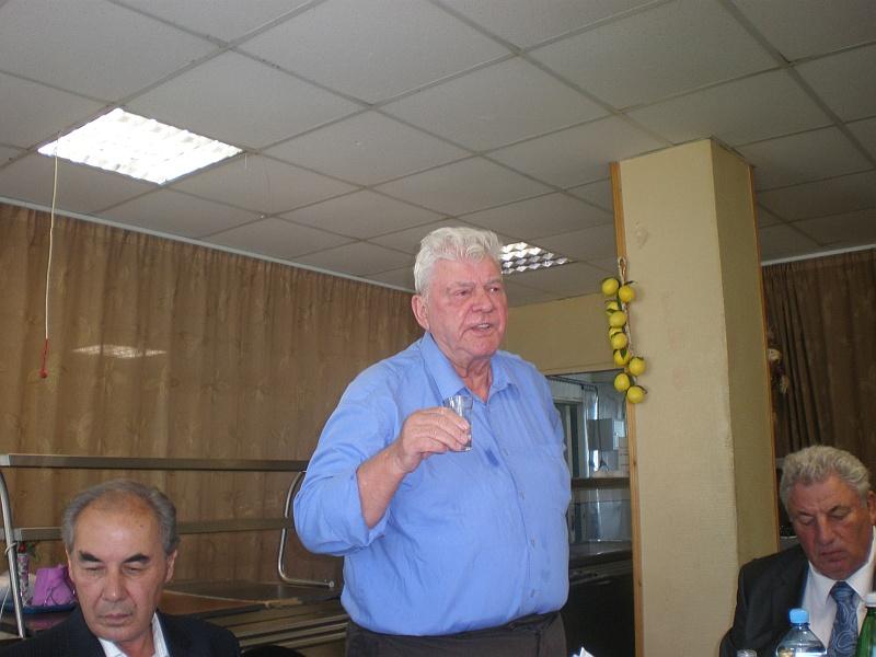 Старейший сотрудник ГУП ВН��ТС Тараканов Б. приехал поздравить юбиляров из �зраиля